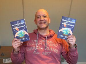 auteur-bart-flos-met-boek-vooruitkijken-voor-gevorderden-9-11-2016-img_3620
